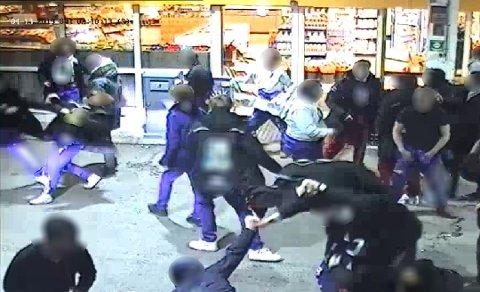 RUSSEBRÅK: Mange steder holder russen vanlige mennesker oppe om natta når de bruker lydanlegget på bussene. Her fra et slagsmål på Fokserød filmet av overvåkingskamera i midten i av mai. (Foto: skjermdump)