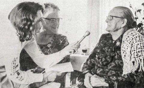 MINNER: Den 100-årige Karen Pram ble intervjuet av Ingrid Morken Andersen. (Foto: Hamar Dagblad)