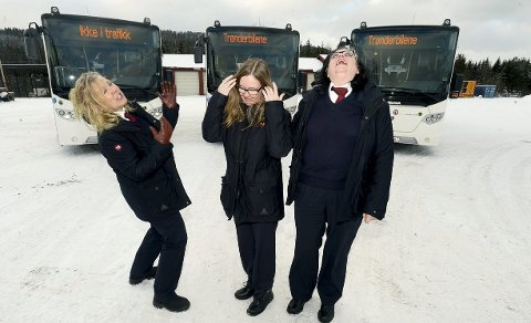 ERFARNE OG HUMØRFYLTE: – Vi har det så artig på jobb, stråler (fra venstre) Hanne Kristin Berge, Linda Johnsen og Hege Kristin Isaksen,       alle ansatt som bussjåfører for Trønderbilene i Elverum.