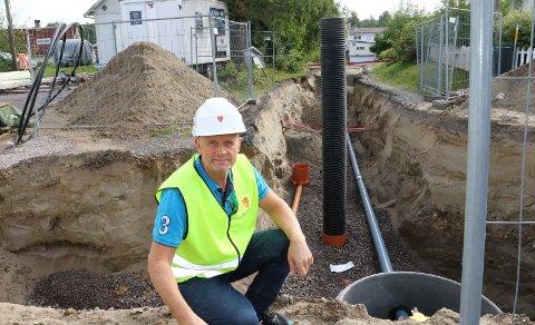 GODT I GANG:  – Her i sentrum er vi godt i gang, og nå starter også jobben med nytt ledningsnett på Braskereidfoss, sier Kristian Dalen i teknisk avdeling i Våler kommune.