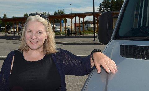 MÅ TA BILEN: Elisabeth Kokkin Koppe er misfornøyd med busstilbudet mellom Våler og Hamar. Vanskeligheter med bussbyttene i Elverum gjør at hun tar bilen dit og buss videre. (Foto: Bjørn-Frode Løvlund)