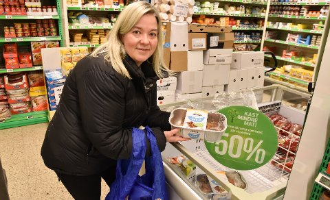ENDRER VANER: Løten-ordfører Bente Elin Lilleøkseth har bestemt seg for å kaste mindre mat, og hun har skiftet ut plastpose med handlenett.