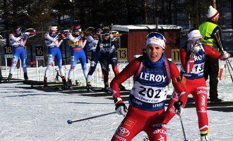 I FRONT: Emma Tørhaug Brevad ledet an blant Kvikne-løperne. Her med Emilie Schärer på bakskia.