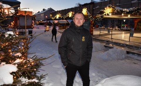 AVLYSER: Christian Eckbo sier at det blir umulig å arrangere noe på Rådhusplassen i påsken. Nå blir radiobilene tatt ned.