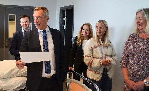 SVØMMEHALL?: På sitt besøk i Elverum mandag ble forsvarsminister Frank Bakke-Jensen (H) orientert om at Forsvaret er en ønsket samarbeidspartner både når det gjelder ny svømmehall og en utvidelse av Terningen Arena. Her er han sammen med Yngve Sætre, Eli Sætersmoen, Gjertrud Nordal og Elverum-ordfører Lillian Skjærvik (Ap).