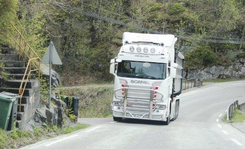 PROBLEM: Det er scener som dette, med store lastebiler på smal og farlig skolevei, som har ført til skjerpede krav til trafikksikring. Nå spilles inn nytt forslag etter møte med entreprenør.