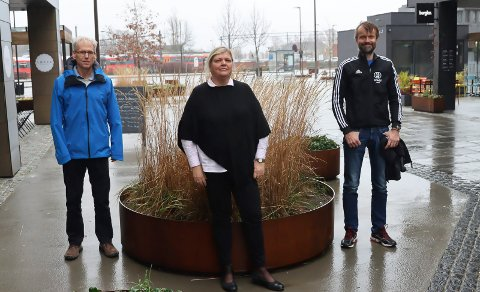 HALLTILHENGERE: Ketil Pettersen, Lill Berit Løyte Sjøsåsen og Øystein Palmgren vil at Porsgrunn kommune deltar i et spleiselag for en ny, regional friidrettshall på Kjølnes.