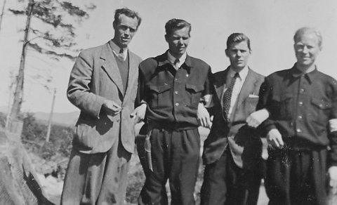 Her er bilde fra en spesiell flagg-seremoni som fant sted på Tangen Fort i Langesund den 12. mai 1945. I mangel av flaggstang ble det norske flagget plassert i en tretopp. Karene på bildet er fra venstre Johan Holm, Hans Austad, Olaf Kindberg og Reidar Fjeldstad.