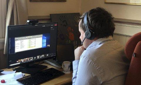 DIGITALT MØTE: Ordfører Robin Kåss «møtte» elever og andre lokale politikere til årets Barnas rådhusmøte på Teams denne gangen.