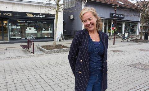 JULEVINDU: PMB-sjef Stine Ellingsberg skal finne årets julevindu. Kåringen skjer fredag.