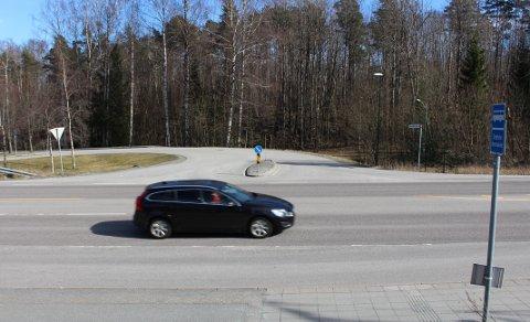 Dette er kryssløsningen fra Sundbyveien mellom Stathelle og Langesund, som er innkjøringskryss til Stathelle barneskole. Her kommer også innfartsveien til det nye boligfeltet Bunestoppen som det utarbeides reguleringsplan for. Planavdelingen i Bamble kommune har omprosjektert kryssløsningen, for å bedre trafikksikkerheten.
