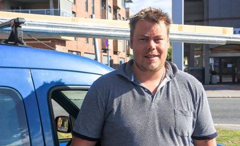 EGEN SJEF: Erik Johnsen (29) startet sitt eget glassmesterfirma i mai 2019. Det første året har vært av det svært hektiske slaget, kan han fortelle. – Å drive for seg selv passer nok ikke for alle.