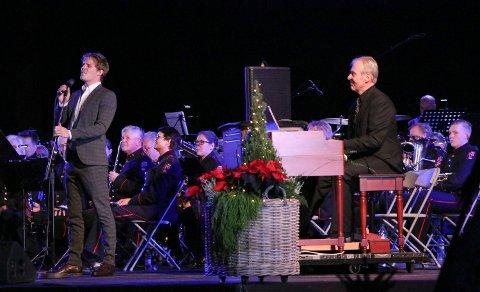 """IMPONERTE OG OVERRASKET: Per-Morten Elnes sang """"A whiter shade of pale"""" med Rakkestad Janitsjar og Sverre Fosser på hammondorgel."""
