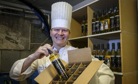 Stolt: Kjøkkensjef, villmarkskokk og opphavsmann til villmarksakevitten, Svein Jæger Hansen, er ikke lite stolt over at smaken fra Helgeland gjør lykke også i utlandet. Foto: Øyvind Bratt