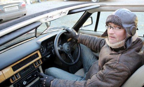 Toppløs: Erlend Peder Valberg har kledd seg etter forholdene og tatt ned taket for å kjøre toppløst og luftig.