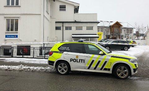 DRAMATISK: Politiet gjennomsøkte Jessheim etter det som viste seg å være en bankkunde. Her er banken sperret av kort tid etter «ransmeldingen».