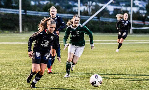 Tuva Marie Jensen Abrahamsen scoret Rana FKs første  mål mot Gruben IL, et lurt skudd fra høyre som gikk over keeper og i motsatt hjørne. Foto: Trond Isaksen
