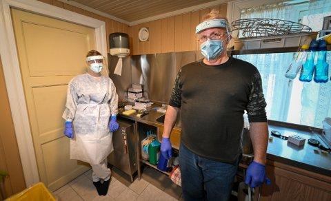 Testklinikken åpnet på Umbukta lørdag 23. januar. De eksterne helsefagarbeiderne er snart på plass. Her er Vebjørn Hansen, innleid fra Rana Røde kors og helsefagarbeider Line Terese Olsen, som til vanlig jobber ved Mjølan sykehjem.
