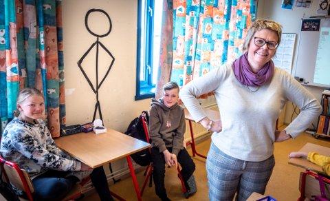 Da klasse 7A kom på skolen denne uka hadde noen tegnet en stor strekmann i kjent positur på veggen. Maria Iglum (12), Isak Magnussen (13) og lærer Ingrid Nygaard jakter nå sammen med de andre elevene på den mystiske strekmannen som dukker opp overalt på skola. Hvem står bak?