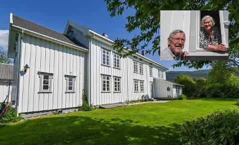 """Frode og """"Tina"""" Anna Katrina Ringheim selger huset på toppen av sjybakken på Ytteren. Huset har inneholdt både kolonialbutikk og Ytrabua gjennom årene."""