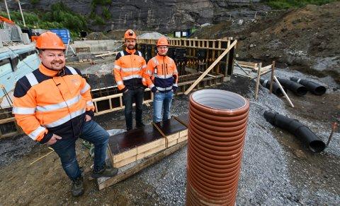 Imtas industrirør ser lyst på framtiden. Nå må de utvide staben med syv ansatte. Her ved utbyggingen av Kvarøy Smolt inne i Mo Industripark. Tor Øystein Strandjord, Erik Arnesen og Johannes Sandhei.