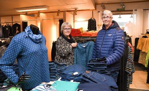 Butikkveteran: Grethe Kongssund Sveen (t.v.) fra Ring har solgt mer klær enn de fleste, etter nesten 42 års tjeneste for Svarstad Tekstil AS i Moelv. Her hjelper hun en kunde, Asbjørg Rusten fra Lillehammer.