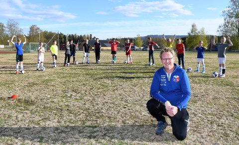 Fornøyd gjeng: Moelven G13 hadde torsdag trening i Idrettsparken, med maks fem personer i hver gruppe. Neste trening kan foregå med 20 personer i gruppa. - Gode nyheter, sier trener John Arne Mathisen, som også er leder i Moelven Fotball.