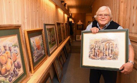 Stiller ut: Tegneren og kunsteren Bjørn Holthe er blitt 74 år, men er fortsatt svært aktiv. Lørdag inviterer han til salgsutstilling i Moelv.