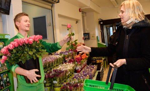 Sjarmoffensiv: Butikksjef Ole Kristian Juterud ga blomster til de 60 første kundene. Aller først kom Line Kristoffersen.