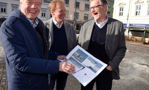 WC: Her foreslår Jan Solberg (til venstre) offentlig toalett på Søndre torg. Kommunikasjonssjef i Ringerike kommune, Mats Øieren, og daglig leder i Ringerike Næringsforening, Jan Erik Gjerdbakken, er med på ideen.