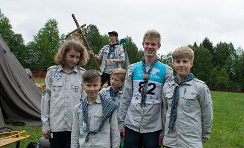 Pingvin før konkurransestart. Fra venstre: Axel (14), Sondre (11), Mathias (15), Mikkel (12), Andreas (15) og Mats (13).