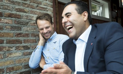 KLARE SOM EGG:  De er uenige i politikken, men Jon Helgheim (t.v.) og Masud Gharahkhani har sansen for hverandre som personer. Det kan komme godt med når de nå skal representere Buskerudbenken, som to av ni politikere. – Vi drar i hvert fall ned  gjennomsnittsalderen, sier de og ler. Ambisjonene er å kjempe sammen i de tunge sakene i fylket.