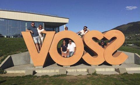 VOSS: Hit «valfarter» busslaster med kinesere og amerikanere for å la seg avfotografere i en elle annen «Vossa-positur» Snakk om gratisreklame.