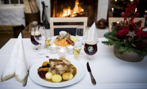 Bordets gleder: Et måltid med god julemat handler om mye mer enn å bli mett. Det er heller en god opplevelse. Her serverer Meierigaarden Kro ribbe og pinnekjøtt med noe godt i glassene.Foto: Lisbeth Lund Andresen