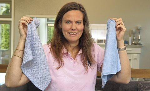 Gullkluter: Beate Hjeltnes hjemme på Skogmo med to av selskapets mikrofiberkluter som har gjort henne og øvrige familiemedlemmer søkkrike.  FOTO: kjell aasum
