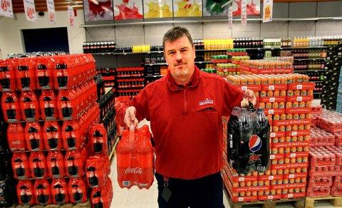 OPTIMISTISK: – Vi forventer en stor økning etter den økte sukkeravgiften i Norge. Det første svaret får vi i vinterferien, sier butikksjef Tommy Johansson ved MaxiMat i Charlottenberg.Alle foto: Per Stokkebryn