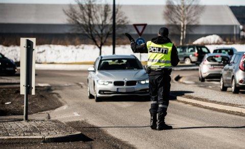 VIL STOPPE KØEN: Her blir en av de 14 førerne stanset og bøtelagt. køen til høyre i bildet skapes av manglende blinking, mener politiet. FOTO: VIDAR SANDNES