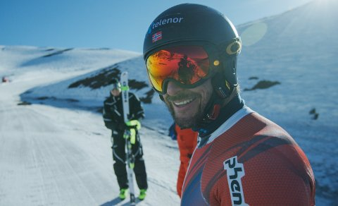 NY REKLAME: Aksel Lund Svindal får ikke lenger kjøre med egen reklame. Nå er det  skiforbundets hovedsponsor som pryder hjelmen hans. BEGGE FOTO: FILIP CHRISTENSEN, FIELD PRODUCTIONS