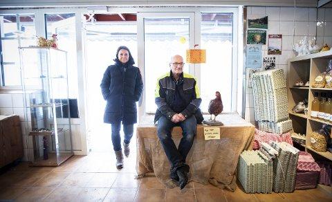 Stenger butikken: Etter snart 50 år med eggproduksjon er det kroken på døra for både hønene og gårdsbutikken. Richard Schiørn syns det er trist at ikke datteren Camilla Schiørn kan få til lønnsom drift av livsverket hans. ALLE FOTO: LISBETH LUND ANDRESEN
