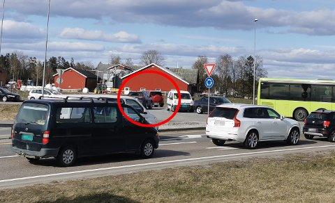 SNIKER: Her tar bilførerne sjansen og kjører i motsatt kjøreretning på E16.