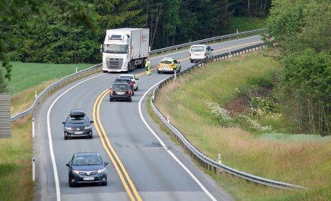 En personbil mistet et hjul på riksvei 23 og ble stående i veien i over en time.
