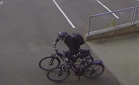 Her er sykkeltyven: Mannen tar med seg to el-sykler ut fra rådhuset etter at de ansatte hadde gått hjem.