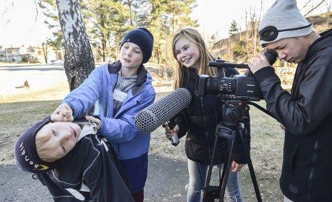 På settet: Tom Nguyen (14) «filmer» at Alexander Haraldsvik (10, foran) får juling av Henrik Fredriksen Bakke (12). Malin Heian (11) besørger lyden. Alle foto: Flemming Hofmann Tveitan