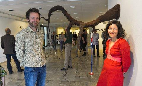 Kunstnerne: Atle Selnes Nielsen og Siri Berqvam var strålende fornøyde med åpningen. De syntes det er veldig fint å få anledning til å vise seg fram i byen de bor i. Foto: Atle Møller
