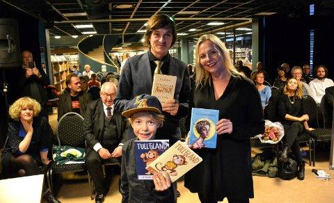 FORFATTERE OG PRISVINNER: Vinnere av Riksmålsforbundets litteraturpriser. Matheo Emilian Kjøniksen (8), Simon Stranger og Linn Skåber. Prisene ble delt ut i Sandefjord bibliotek lørdag.