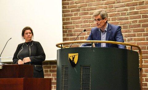TILBAKEVISER: Ordfører Bjørn Ole Gleditsch (H) tilbakeviser påstander fra varaordfører Cathrine Andersen (Frp, t.v.) om fortsatt ferjedrift.