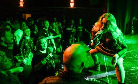 ROCKET: Vokalist i TUSH, Sandra Martine Huseklepp ga alt hun hadde på scenen til publikums store fornøyelse.