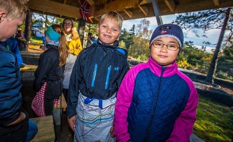 VINNERE: Martin Bråthe (t.v.) og Linnea Hyberg (t.h.) gleder seg til å bruke det nye utekjøkkenet ved skolen. I tillegg vant de navnekonkurransen.