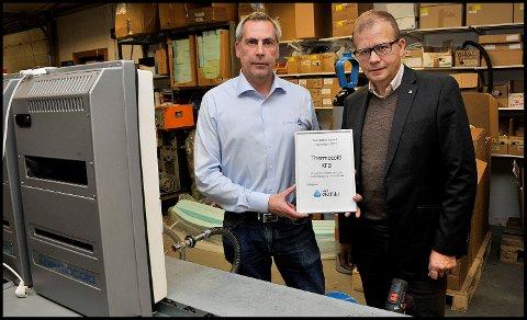 DIPLOM: Daglig leder Frode Jacobsen (t.v.) med diplomet fra NHO Østfold og direktør Roald Gulbrandsen.