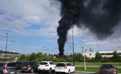 Det brant i isolasjonsmateriale på Jackon på Gressvik lørdag ettermiddag. man mistenker at brannen kan ha vært påsatt.